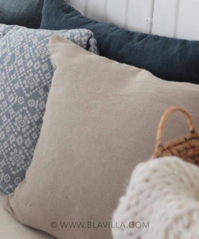Yksilöllisiä_sisustustuotteita_käsintehty_Blåvilla_kuvassa_tyynynpäällinen_Boel&Jan